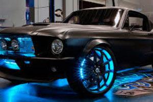 El color negro en la pintura del coche.